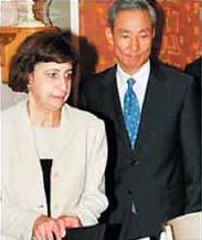 米国と韓国は難しい交渉を経てFTA を妥結した。韓国側首席代表の金宗勳氏(右)とウェンディ・カトラーUSTR代表補(左) (写真提供 KORUS House - Korean Information Service, Embassy of the Republic of Korea,Washington,D.C.)