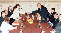 交渉の場で握手するカトラー代表補と金韓国首席代表 (写真提供 KORUS House - Korean Information Service, Embassy of the Republic of Korea,Washington,D.C.)