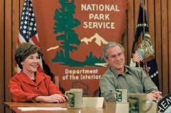 国立公園100周年イニシアティブについての議論に参加するジョージ・W・ブッシュ大統領とローラ夫人。2007年2月。(写真 White House photo by Paul Morse)