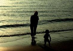 子どもの人生において、両親がそれぞれの役割を果たすことが、子どもにとって望ましいことである(写真 素材屋足成)