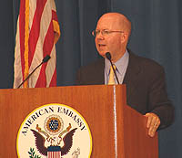 2007年8月7日に在日米国大使館で行われた記者会見で、気候変動に対応するための米国政府の取り組みについて説明するジェームズ・コノートン米国大統領府環境評議会議長(写真 在日米国大使館)