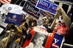 1月5日、ニューハンプシャー州マンチェスターのセント・アンセルム大学の外で集会を開 く、さまざまな候補者の支持者たち(© AP Images)