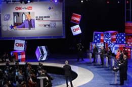 2007 年7月、サウスカロライナ州で行われた、CNN、ユーチューブ、グー グル主催の討論会で質問を聞く民主党大統領候補者たち(© AP Images/Charles Dharapak)