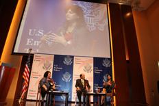 東京アメリカンセンター主催のアントレプレナーシップ・フェアで、ルース駐日米国大使と共に議論に参加するパテル氏(右) (写真 在日米国大使館)