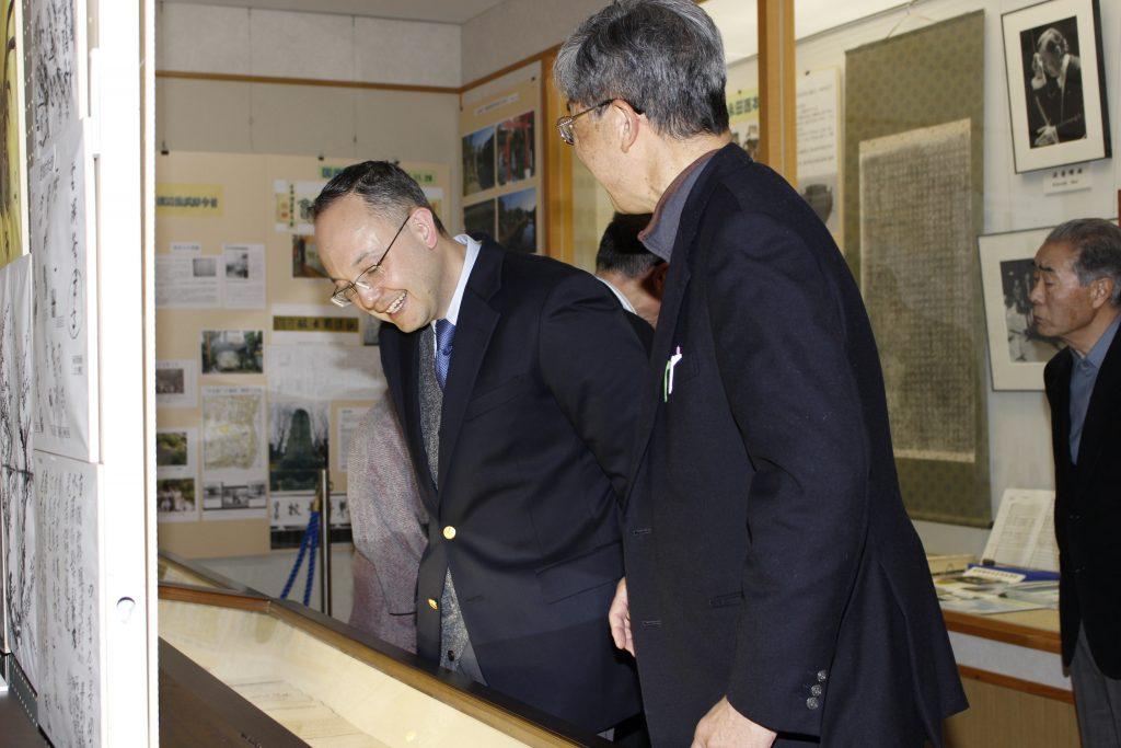 岡谷市の旧渡辺家住宅で、曾曾曾祖父である渡辺斧蔵が描いた絵を見学するヒラリー・ダウアー(左)。2016年3月撮影