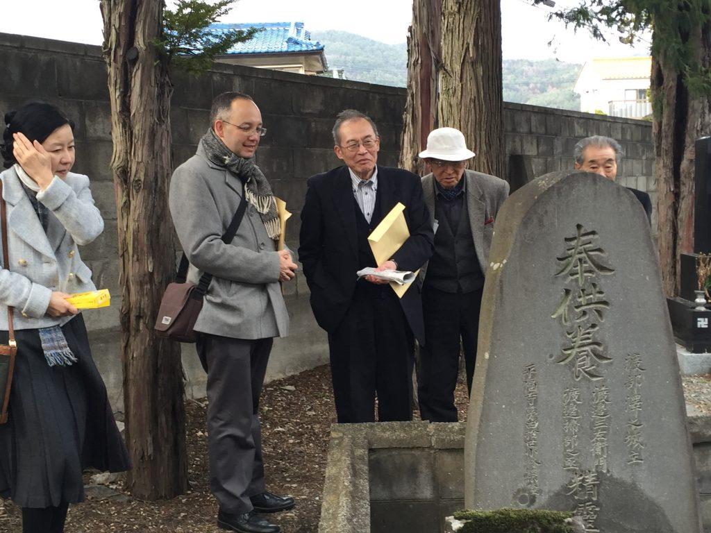 岡谷市の平福寺を訪れたヒラリー・ダウアー。渡辺家の遠い祖先がまつられている