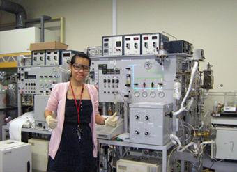 研究室で(写真提供 Phuong Bui)