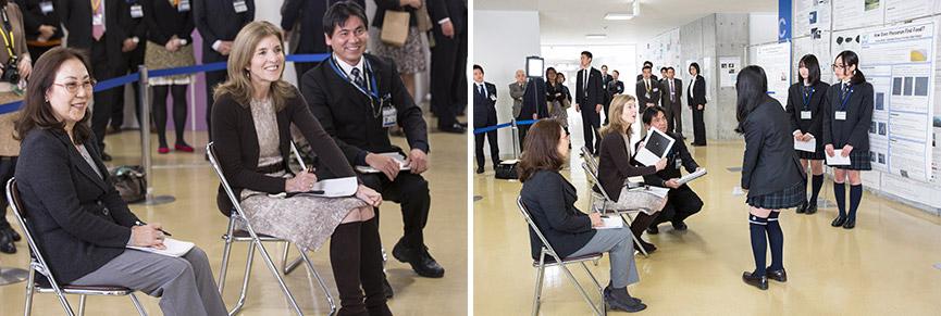 横浜サイエンスフロンティア高校の学生のプレゼンテーションを聞くケネディ大使