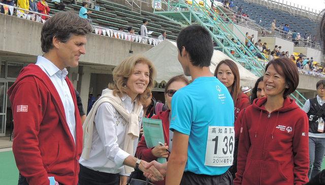 2014年に福岡で開催された第6回スペシャルオリンピックス日本夏季ナショナルゲームに参加した選手を激励するケネディ大使