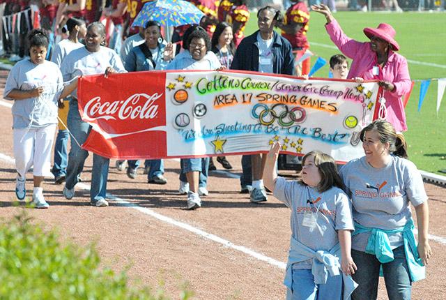 2010年にジョーンズ・カントリー・ジュニア・カレッジで行われたスペシャル・オリンピックス地区大会のパレード (AP Photo/The Hattiesburg American, Matt Bush)