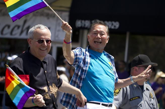 2013年、サンディエゴでのゲイ・パレードに参加するジョージ・タケイ氏 (©AP image)
