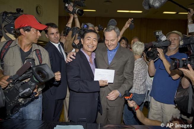 ジョージ・タケイ氏とパートナーのブラッド・アルトマン氏は、2008年6月17日、結婚証明書の手続きを開始した(©AP Images)