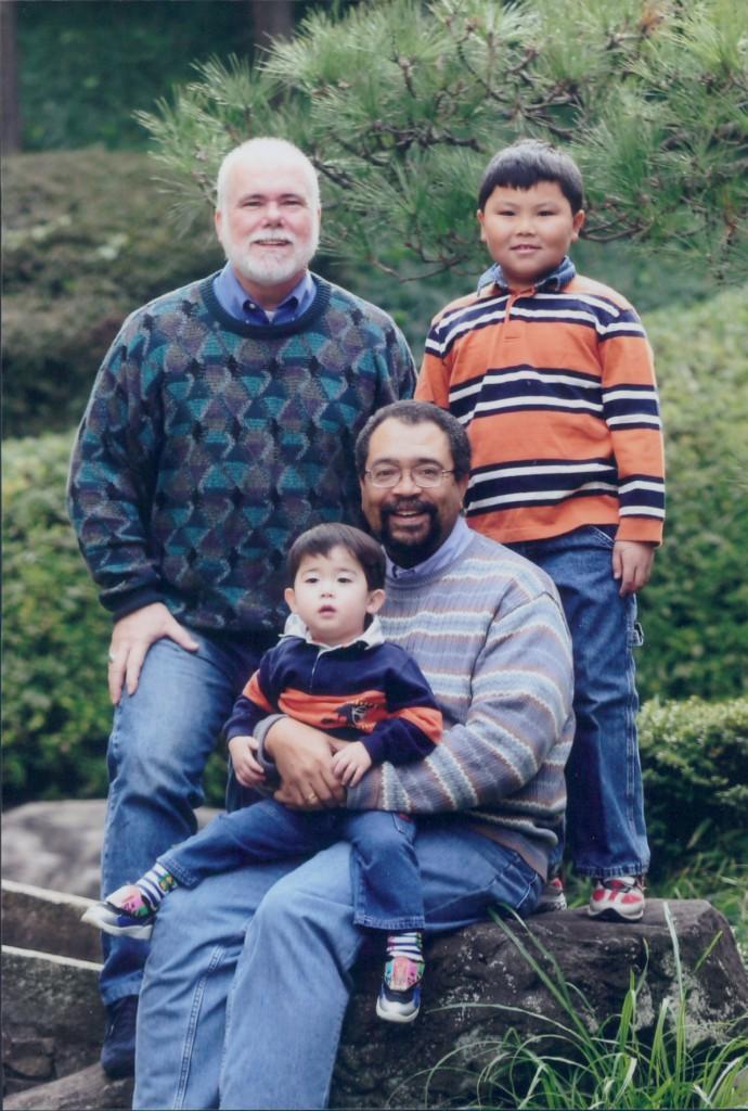 アシュビーとそのパートナーエドと二人の子供の写真