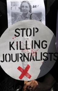 2014年にアフガニスタンで殺害されたドイツ人カメラマンのアンニャ・ニードリングハウスの写真を掲げて暴力に抗議するパキスタン人 (c) AP Images