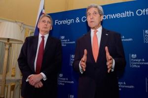 対「イスラム国」有志国連合の会合の前に記者団に話をするケリー国務長官と英国のハモンド外相