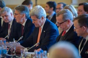 ロンドンで開催された対「イスラム国」有志国連合の会合の戦略セッションに参加するケリー国務長官