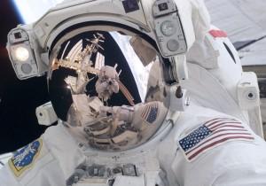 国際宇宙ステーションで整備を行う米国航空宇宙局 (NASA) の宇宙飛行士 (© AP Images)