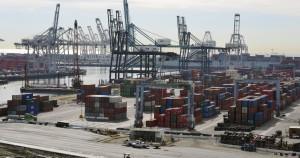 カリフォルニアのロングビーチをはじめとする西海岸の港は、何千億ドルにも及ぶアジア貿易の玄関口である (© AP Images)
