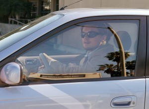 ハイブリッド車を運転するレオナルド・ディカプリオ (AP Images)
