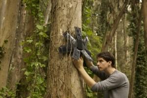 太陽光を電源とするスマートフォンで違法伐採を阻止するレインフォレスト・コネクション (Courtesy of Rainforest Connection)