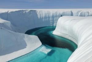 氷河の融解でできた深さ46メートルのグリーランドのバースデー・キャニオン(Extreme Ice Survey/James Balog)