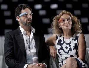 グーグルグラスをかけるロシア出身のグーグル社共同設立者セルゲイ・ブリンとベルギー生まれのファッションデザイナー、ダイアン・フォン・ファステンバーグ (AP Images)