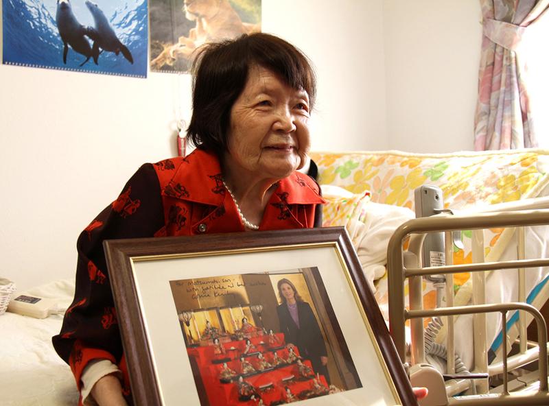 ケネディ駐日米国大使から送られたパネルを手にする松本艶子さん