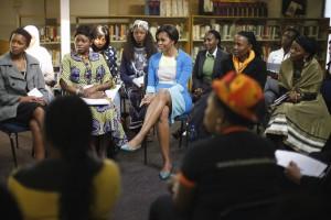 アフリカの若い女性リーダーたちと懇談するミシェル・オバマ大統領夫人