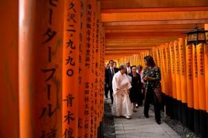 「鳥居のトンネル」を通るミシェル夫人 (Official White House Photo by Amanda Lucidon)