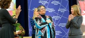 2014年「国際勇気ある女性賞」を受賞したタジキスタンのオイニホ・ボボナザロバ氏(中央)をたたえるミシェル・オバマ大統領夫人(左)とヒギンボトム国務副長官(国務省)