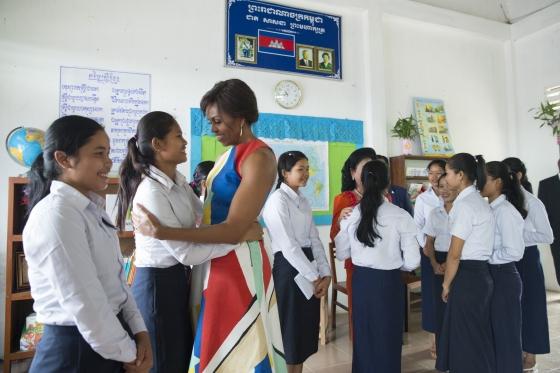 「ルーム・トゥー・リード」プログラムで学校に通う女子生徒たちと言葉を交わすミシェル夫人 (Official White House Photo by Amanda Lucidon)