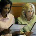 メニューを見るミシェル・オバマとジル・バイデン副大統領夫人。2人は共に退役軍人とその家族を支援するプロジェクトの創設に取り組んでいる(© AP Images)