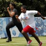 フィットネスを奨励する「身体を動かそう」(Let's Move!) キャンペーンで40ヤード (37メートル) 走をするミシェル・オバマ (© AP Images)