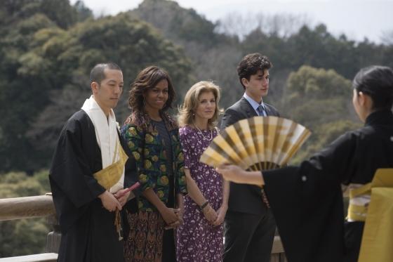 清水寺の大西英玄執事補(写真左)から同寺の説明を聞き、能を鑑賞する、ミシェル夫人、ケネディ大使、大使の息子ジャック・シュロスバーグ氏 (Official White House Photo by Amanda Lucidon)
