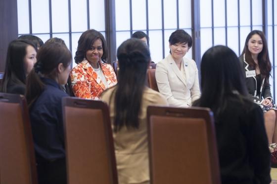 日米連携発表後のイベントで日本の学生と意見交換をするミシェル夫人と昭恵夫人。2015年3月19日、東京の外務省飯倉公館にて (Official White House Photo by Amanda Lucidon)