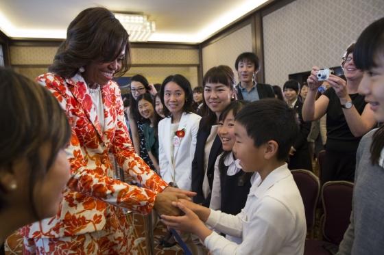 飯倉公館に集まった子どもたちと握手するミシェル夫人。2015年3月19日 (Official White House Photo by Amanda Lucidon)