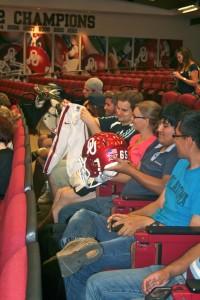アメリカンフットボールの用具を間近で見る留学生 (Courtesy of University of Oklahoma)