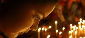 ムンバイで「女性に対する暴力撤廃の国際デー」を祝う女性 (AP Images)
