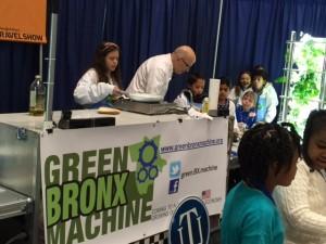 ベンジャミン・フランクリン校で、生徒と一緒に学校で育てた野菜を使ってタコスを作るホワイトハウスのシェフのウィリアム・ヨセス(Courtesy of Green Bronx Machine)