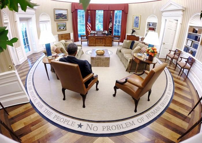 ホワイトハウスのオーバルオフィスでブリーフィング資料を読むオバマ大統領 (Pete Souza)