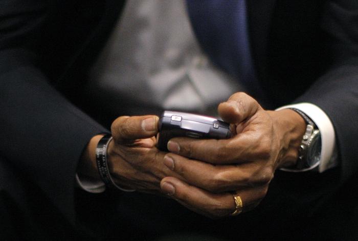 オバマ大統領の悪い癖はメールチェック (© AP Images)