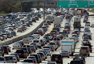 近年製造された自動車は、優れた燃料効率と低排出量の基準を満たし、汚染の低減に貢献する (© AP Images)