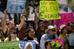 フロリダ州の集会に参加するクリーンエネルギー活動家たち (© AP Images)