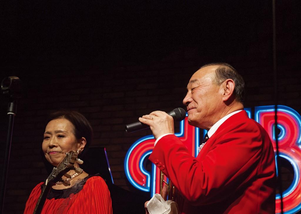 浦安のパブで演奏する外山喜雄さん・恵子さんご夫妻