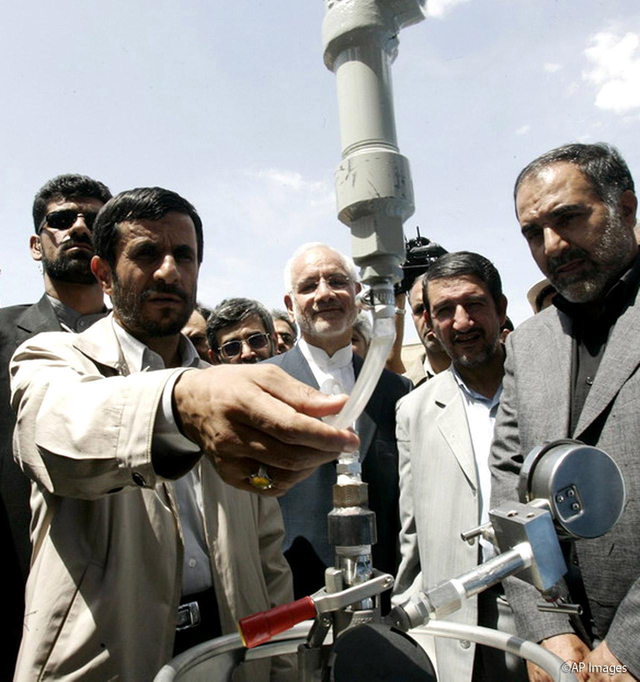 重水核施設を訪れるイランのアフマディネジャード大統領。平和目的の施設であるとするイラン政府に対し、西側の警戒は続いている(写真 © AP Images)