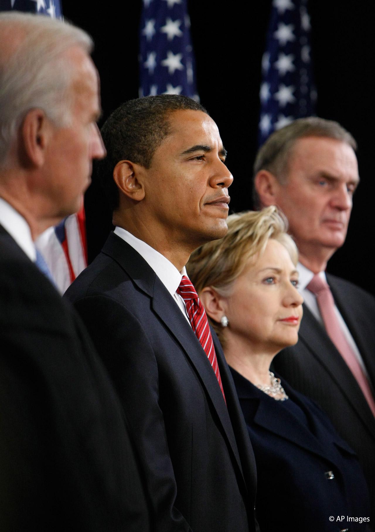 2008年12月1日、新しい国家安全保障チームを公表するバラク・オバマ次期大統領(左から2人目) (写真 © AP Images)