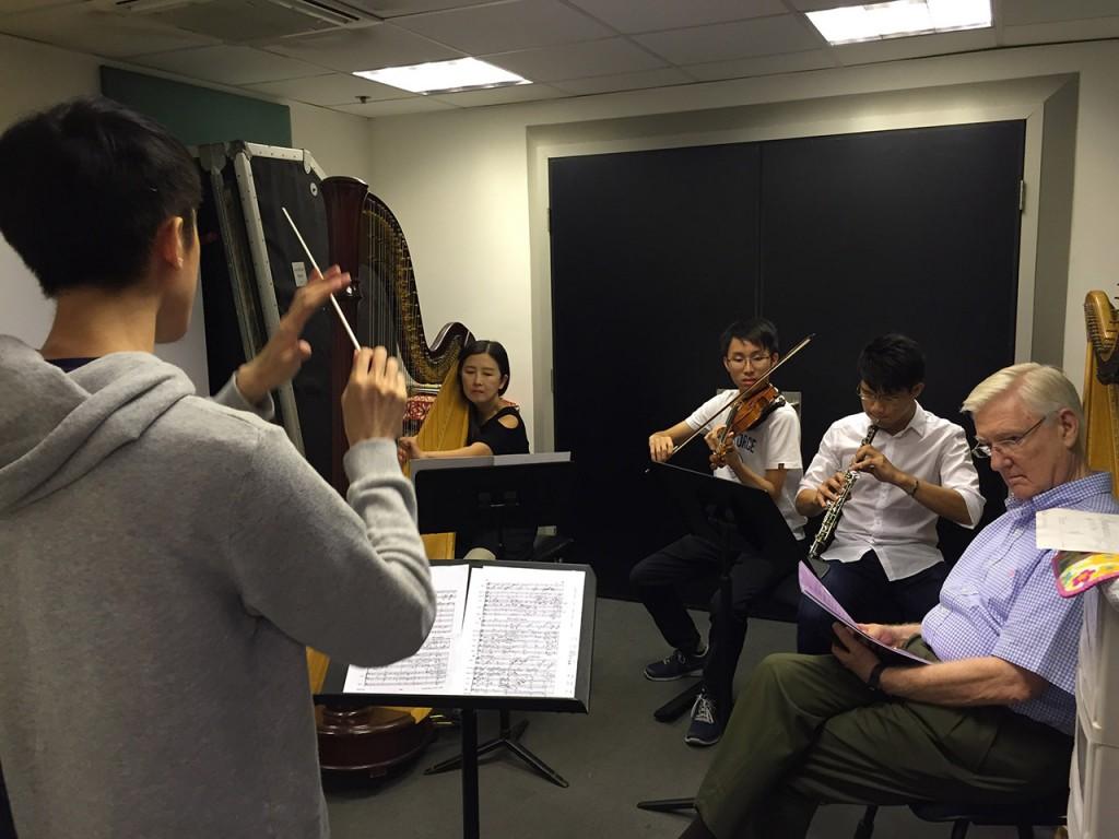 パンチャスの指導の下、リハーサルをするオーケストラのメンバー
