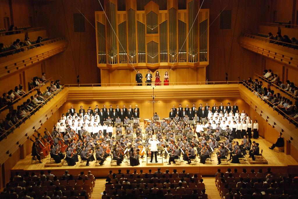 パンチャスの指揮でベートーベンの交響曲第9番を演奏するアジアユースオーケストラ(2015年8月29日、東京オペラシティ・コンサートホール)