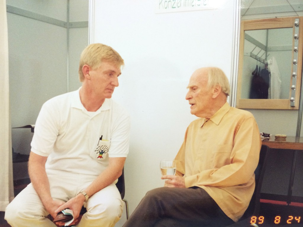 アジアユースオーケストラを設立したリチャード・パンチャス(左)とユーディ・メニューイン(右)