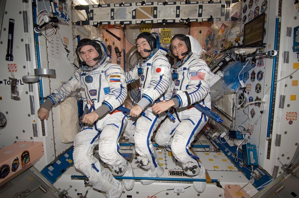 帰還に向けた準備を行う星出宇宙飛行士ら第33次長期滞在クルー / 帰還に向けた準備の一環として、気密検査を行うためソコル宇宙服を着用したユーリ・マレンチェンコ(左)、星出彰彦(中央)、サニータ・ウィリアムズ(右)宇宙飛行士 / 「ユニティ」(第1結合部) / 撮影日:2012年11月6日(日本時間)(Photo by JAXA/NASA)